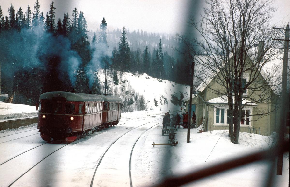 Kryssing i Reitan stasjon. Bildet er tatt fra lokomotivet i tog 302, Trondheim - Oslo Ø. Persontog Røros - Trondheim i spor 2 med dieselmotorvognsett type 86.