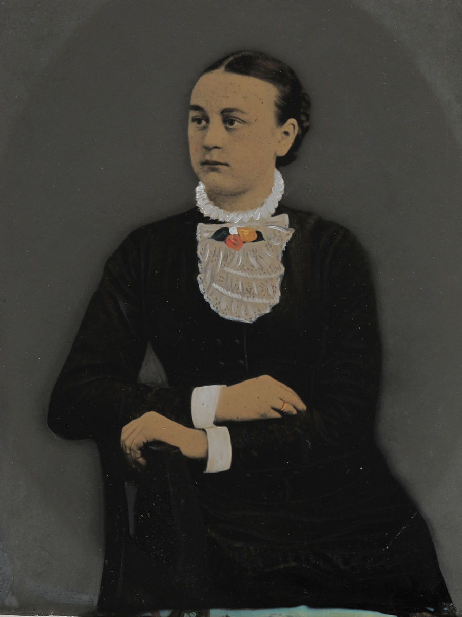 Portrett av sittende kvinne, avskåret ved knærne,