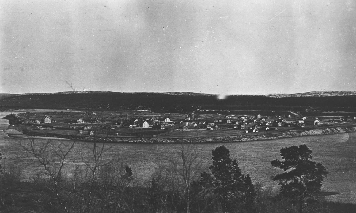 Et landskapsbilde fra Karasjok fotografert fra venstre side av elvaen. Bildet er tatt tidlig i våren 1925 ca.