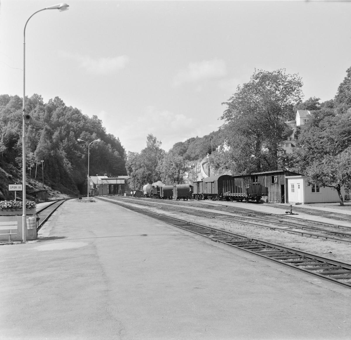 Stasjonsområdet i Arendal med lokomotivstallen i bakgrunnen.