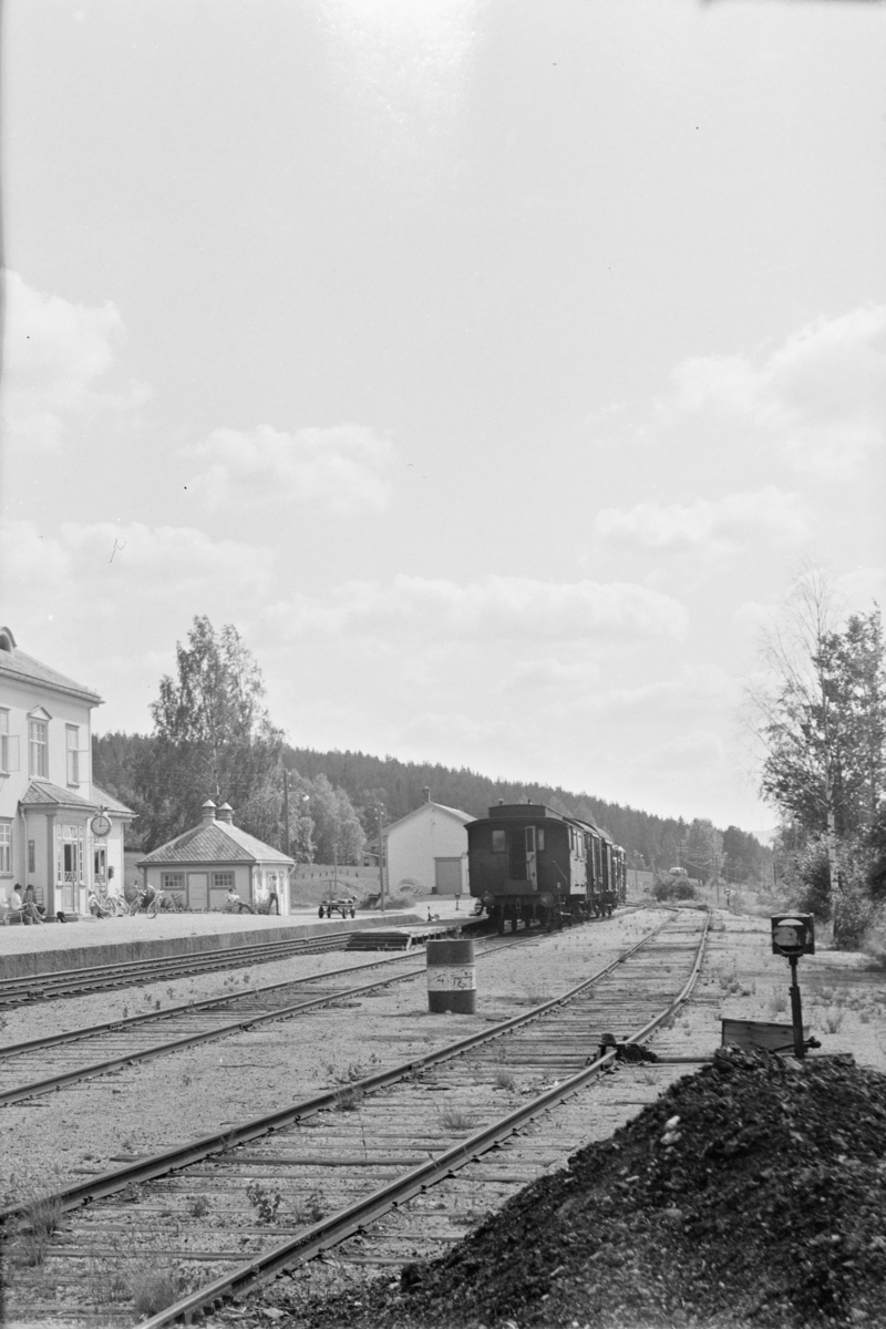 Fra Åmli stasjon. Godstoget står i spor 2.