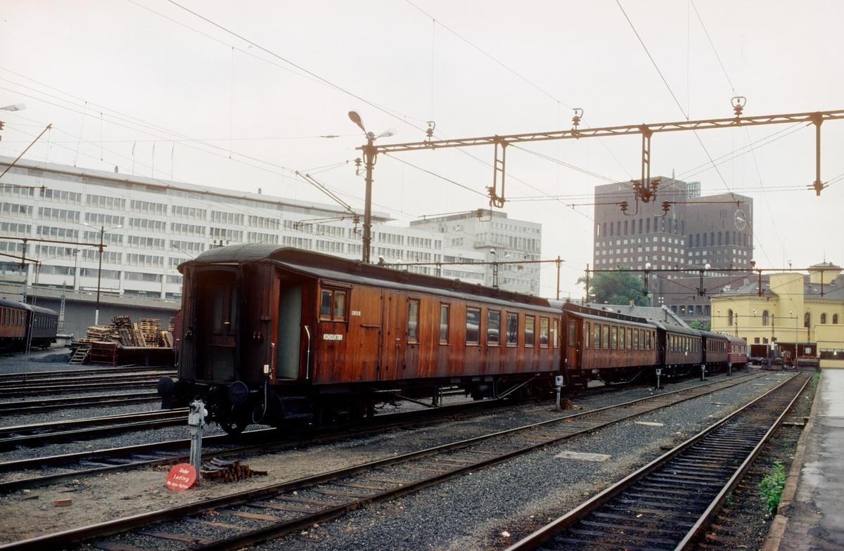 NSB personvogner hensatt på Oslo V,  venter på å bli skiftet over i togspor. Vogn 18016 nærmest (BF, tidligere BDFo).