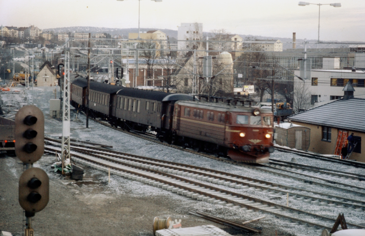 Persontog kjører gjennom Skøyen stasjon NSB elektrisk lokomotiv El 13 2124. Ombygging av stasjonen, og bygging av ny snustasjon på Bestun er i gang.