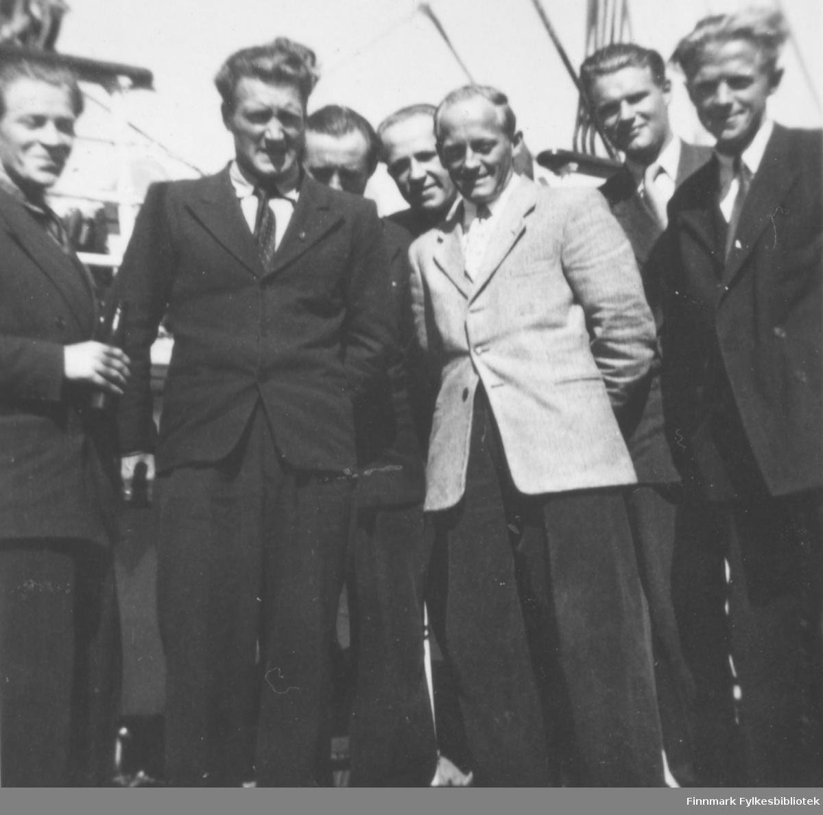 Flere menn fra Vadsø på hurtigruta på vei til eller fra en militærøvelse, kanskje til Drevjamoen? Bildet ligner veldig på 05045-039, som er datert 1955-1956