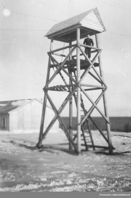 Det midlertidige klokketårnet i Vadsø. En ung mann står på det øverste stillaset