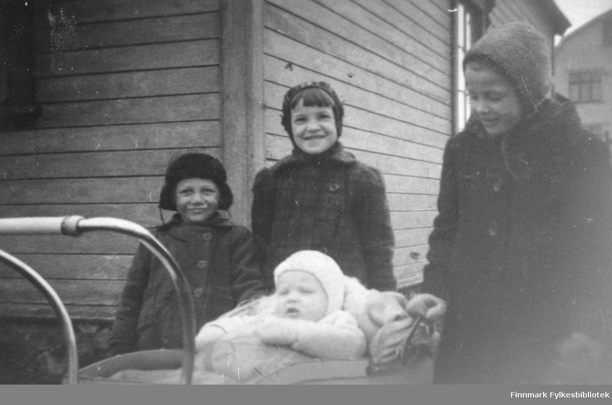 Barn fotografert i Vadsø 1943. Fra venstre: Grethe Berg, Bjørg og Gerd Kvam, og i barnevogn Bjørn Kurt Busk