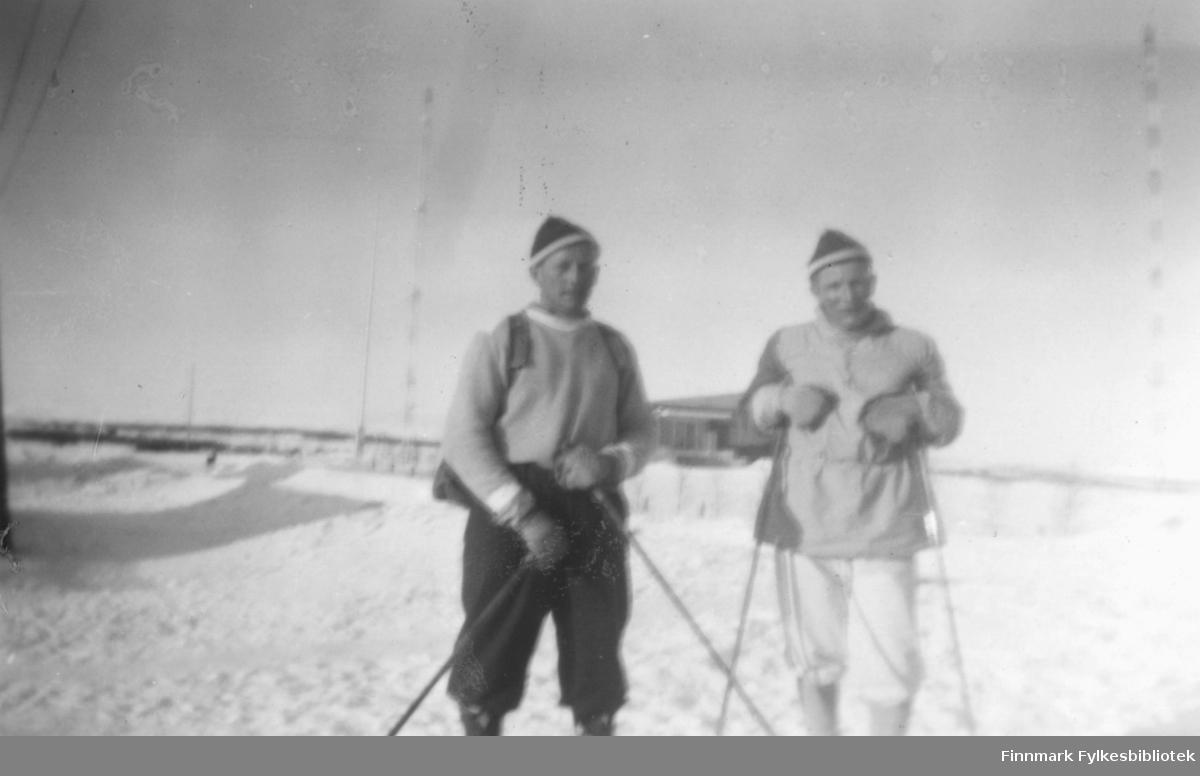 På ski. Fra venstre Fritz Ebeltoft og Ragnar Johansen. I bakgrunnen ser vi radiomastene i Vadsø