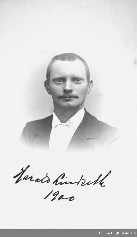 Visitkort. Halvkroppsportrett fra en mann, Harald Lindahl. Året 1900 er skrevet på bildet, men Mathisen slutet og fotografere allerede ca 1895 (enlig boken Eldre Norske Fotografer).