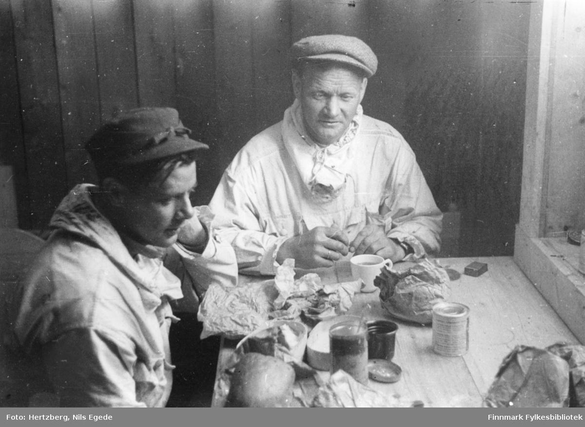 Våren 1948 ble det foretatt en befaring Vadsø - Smalfjord - Sjursjok - Ifjord - Bekkarfjord - Hopseidet - Mehamn - Kjøllefjord - Vadsø. Med på turen var Nils. E. Hertzberg, Johannes Foslund, Godtfred Karlsen. Se bildene 313-324. Kafferasten blir tatt inne i Telegrafhytta. Fra venstre: Godtfred Karlsen og Johannes Foslund.