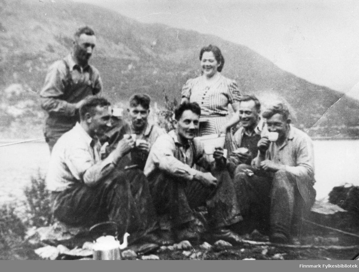 Her poserer et arbeidslag fra veganlegg: Kåfjord-Langfjordbotn, midt i kaffepausen sin. Stående fra venstre ser vi Erling Fredriksen og Nelly Furu. Sittende fra venstre ser vi Ragnar Pettersen, Sverre Pedersen, Sverre Fredriksen, Roald Kristiansen og Øyvind Nilsen
