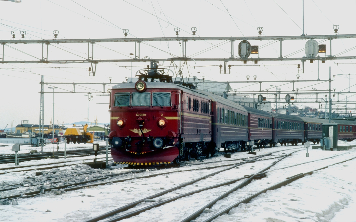 NSB ekspresstog 44 Dovresprinten til Oslo S kjører ut fra Trondheim stasjon med elektrisk lokomotiv El 13 2159.