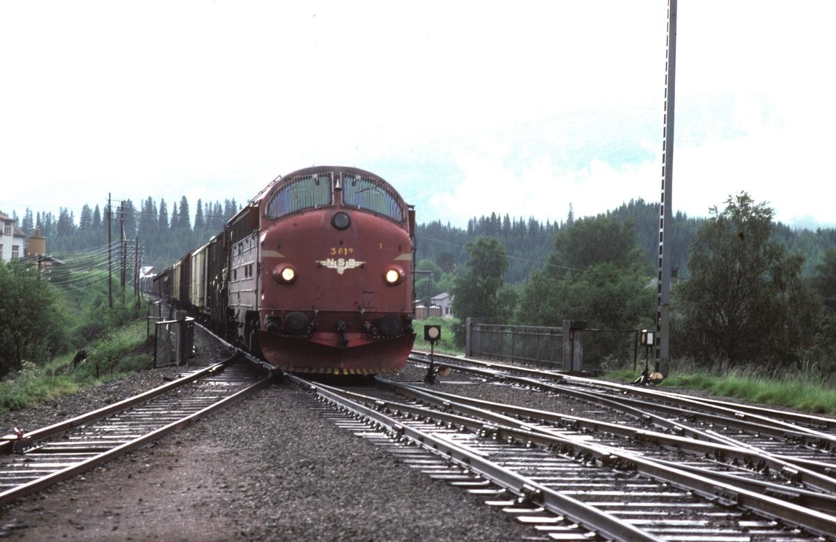 NSB godstog 5793 (Trondheim - Bodø) kjører inn på Grong stasjon med dieselelektrisk lokomotiv Di 3 612. Til høyre går sporet mot Namsos.