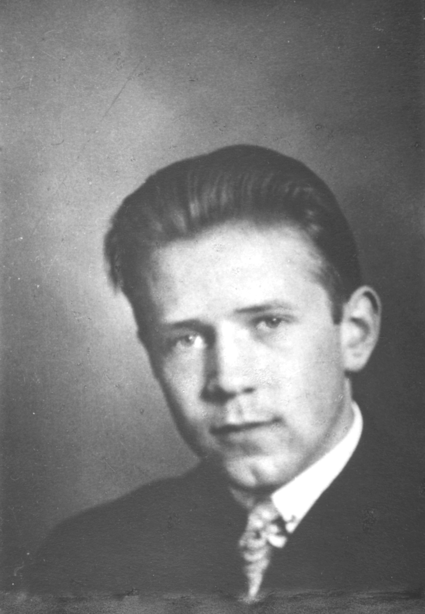 Portrett fra Godtfred Pedersen , han er 19 år på bildet. Tekst på kartongen: Pro ceterist, bestått organisteksamen, særdeles i alle fag.