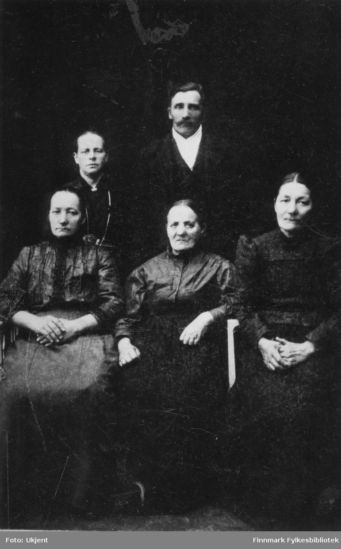 Etterkommere av Aron J. Korbi og Maria Eva Salomonsdatter Korbi. Fra venstre: Josefine Jørgensen, Emma Emeline (Korbi) Niskavara, Petter Anton Korbi, Mathilde Korbi og Sofie Olsen. Aron Korbi og Maria Eva Samonsdatter kom fra Karunki i Sverige (slik det fortelles). Deres etterkommere bosatte seg i Vadsø Hamningberg, Syltefjord og Vardø Neiden, Kjøllefjord og Lebesby. Navnet ble omskrevet (i Vardø) til 'Kårby', men hovedformen har stort sett hold seg slik som det uttales på norsk. Opprinnelig form 'Korpi' hvor P på finsk uttales bløt og tilnærmet som norsk B. (Kilde: www.niskavara.com)