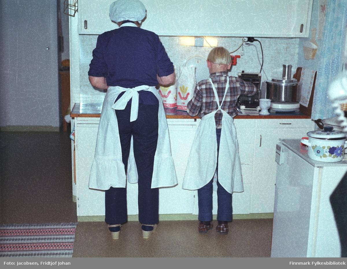 Aase og Arne Jacobsen står ved kjøkkenbenken og baker