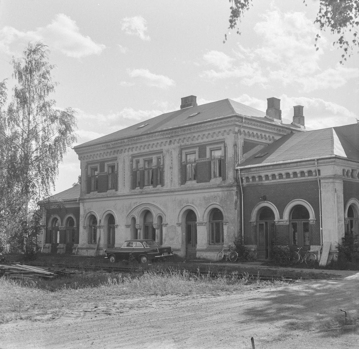Kongsberg gamle stasjon. Kongsberg fikk ny stasjon i 1917 i forbindelse med byggingen av Sørlandsbanen, og linjen ble lagt om, utenom den opprinnelige stasjonen.
