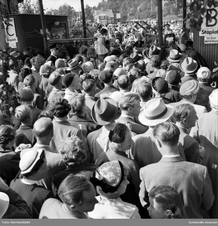 Publik i massor på väg till Idrottsparken. Blåsorkester.