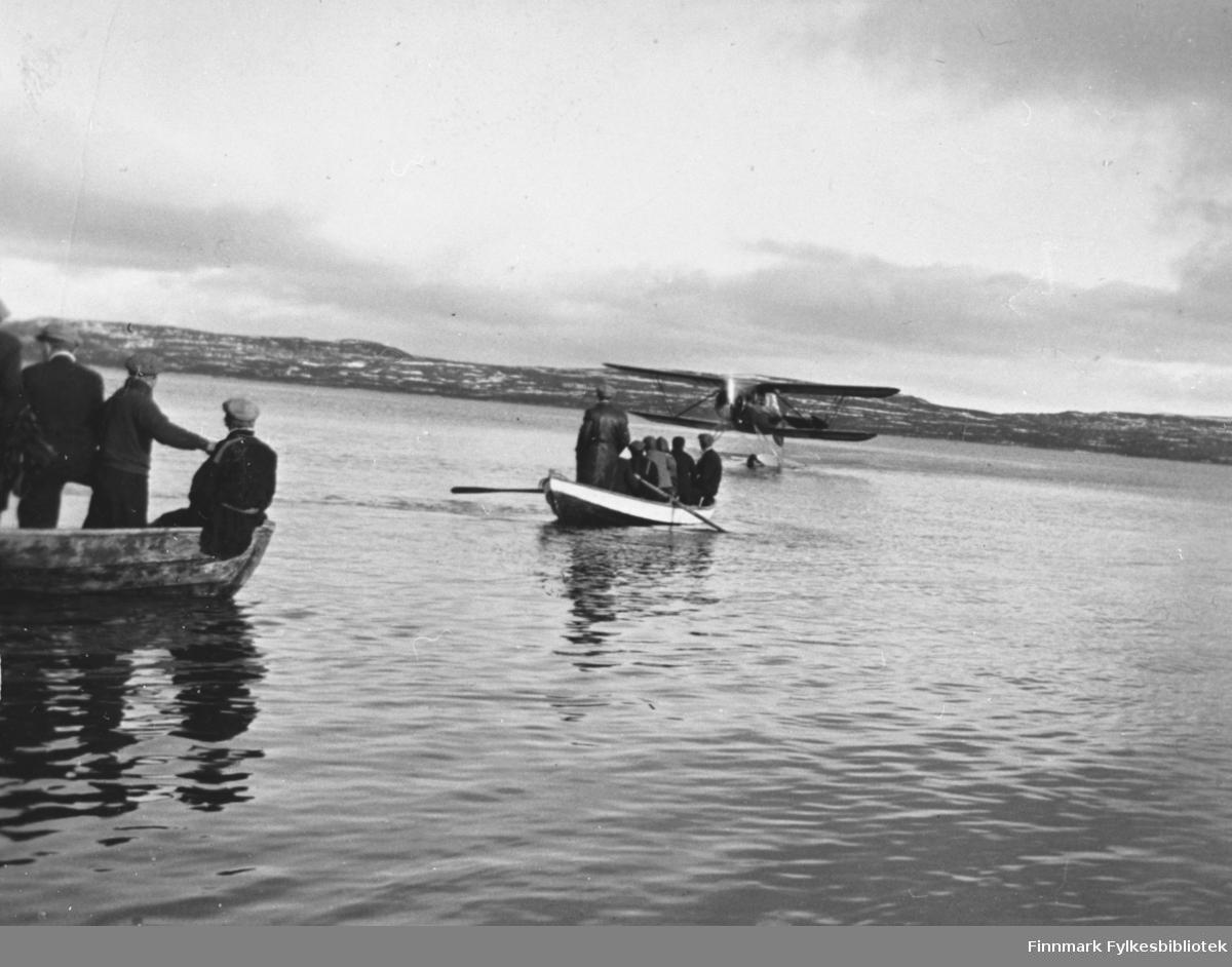 Sjøfly utenfor Nyborg, lokale båter på vei ut til flyet. Dette skal være ukebladet Allers sitt fly i 1938, samme fly som 97056-001? B 5536