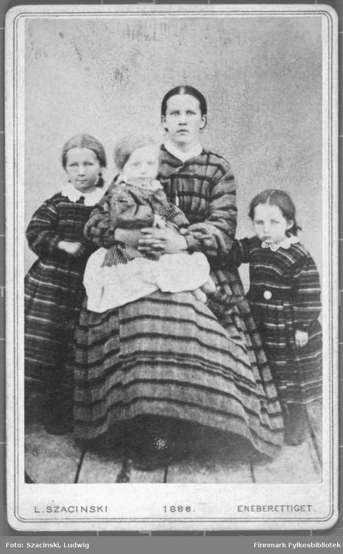 Portrett av en ung menn kledd i en mørk dress med lue.  Albumet med bildet kommer fra Ekkerøy, kanskje han kommer derfra.
