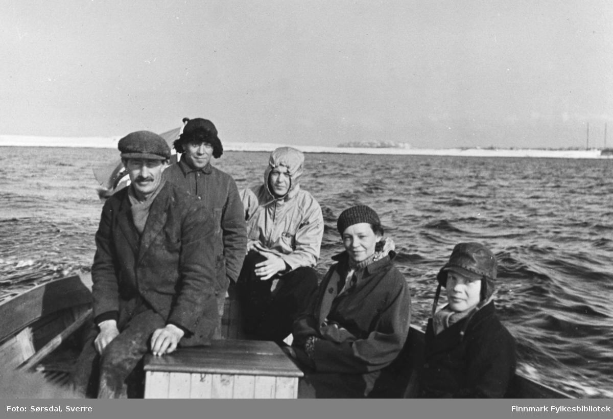Bildet av folk om bord i en skyssbåt som tok folk over på fastlandet og i retur til øya. Damen på bildet er Else Sørsdal.  1936.