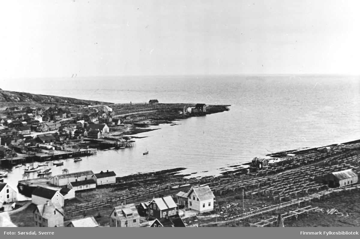 Oversiktsfoto fotografert fra toppen av  radiomasta i  Vardø i 1936. Havna med fiskebåter. Østervågen og deler av Stegelneset.