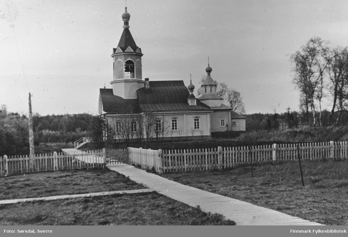 Boris Gleb fotografert høsten 1936. Petsamo trekirke.