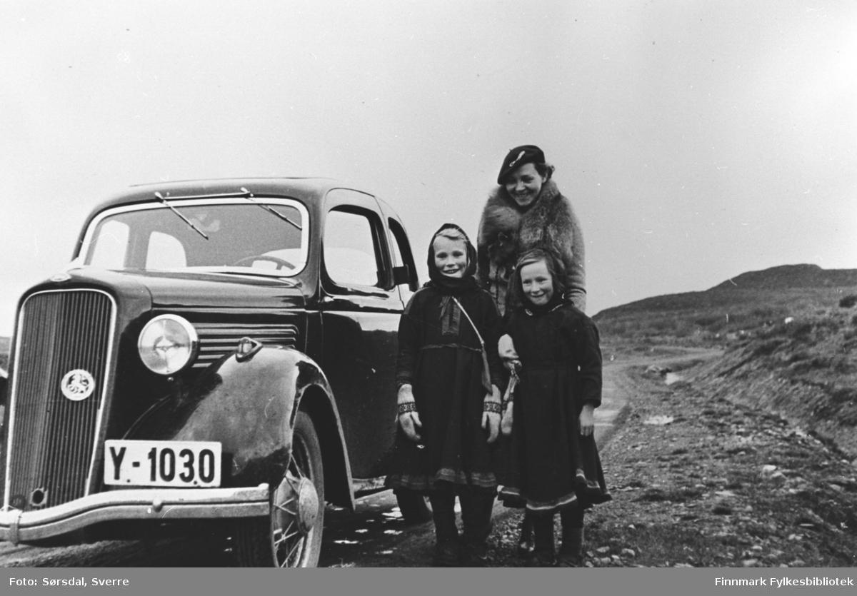 Bildet er tatt høsten 1934 og viser Else Sørsdal på bryllupsreise, på vei nordover i 1934. Jentene har hun sansynligvis truffet et sted i nærheten av Kirkenes. Bilen tilhørte Bjerkeng. Herr Sørsdal hadde først kjørt den gamle bilen sørover og returnerte med den nye bilen til Bjerkeng kombinert med bryllupsreisen.
