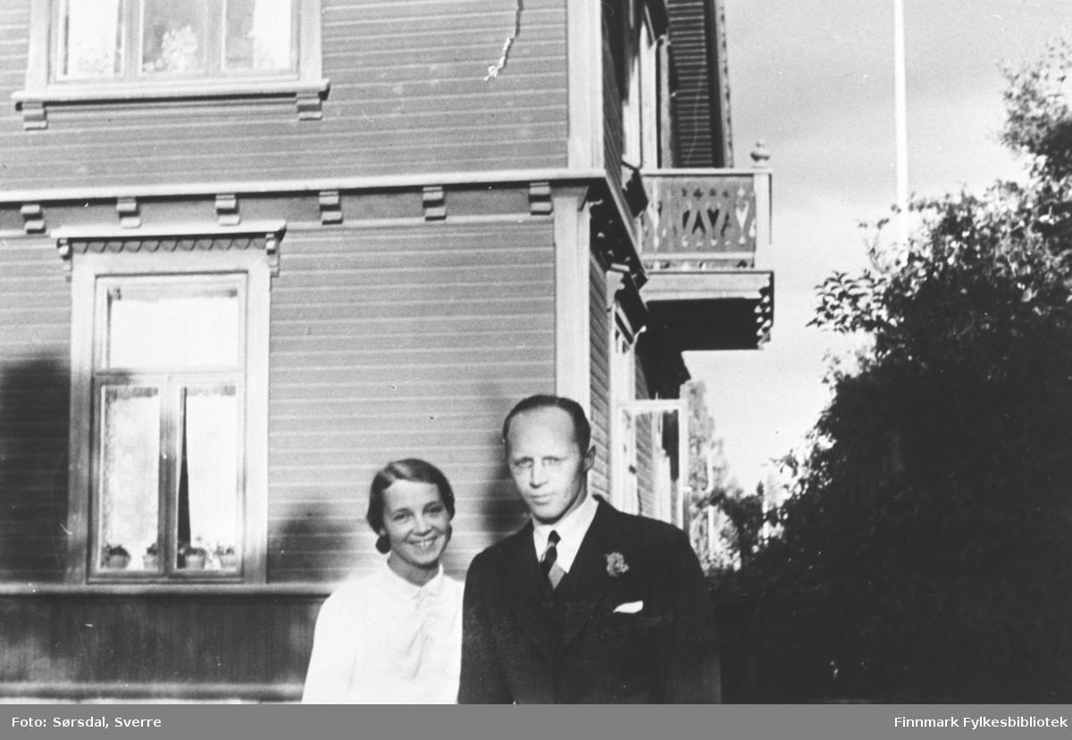 Else og Sverre Sørsdal som nygift ei 1935. De står foran Sverre Sørsdals barndomshjem i Hamar.