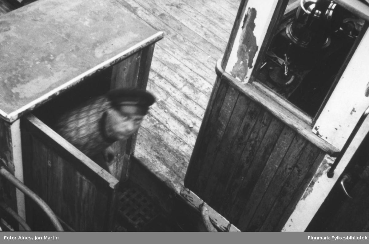 Ombord på 'Presteskøyta I' - skipper Charles Reiersen på vei opp fra kahytten