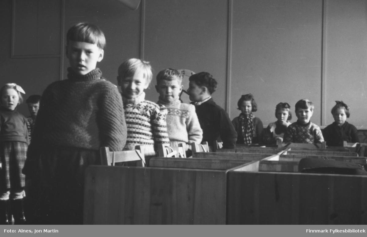 Øksfjord barneskole høsten 1954. Elevene i 2. klasse oppstilt ved pultene sine