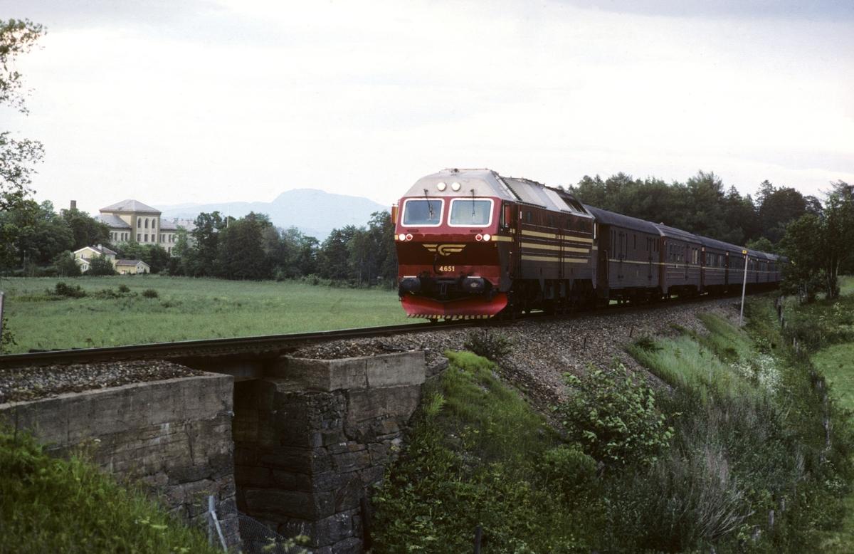 Dagtoget Bodø - Trondheim, tog 452, med NSBs nye dieselelektriske lokomotiv Di 4 651 ved Leangen (Rotvoll).