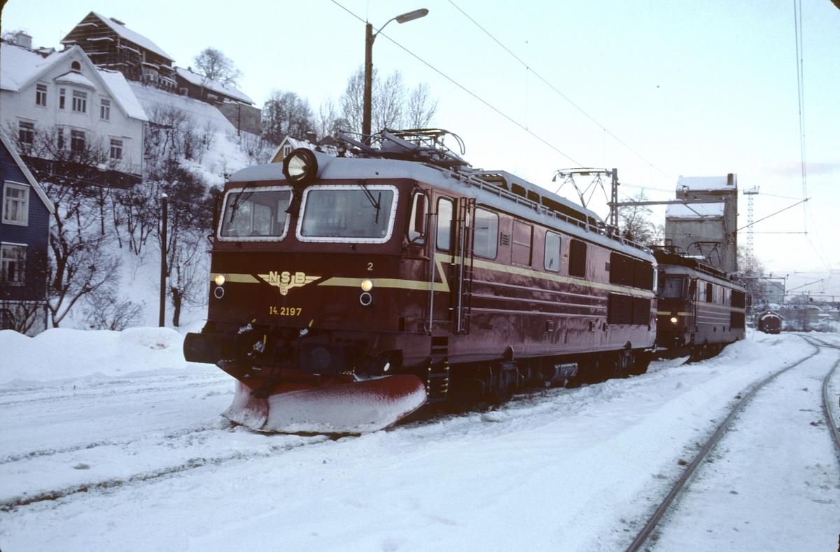 NSB elektrisk lokomotiv El 14 2197 etter gjenoppbygging etter ulykken ved Nypan i mars 1981, på vanntårnsporet i Marienborg. Første El 14 med nye vinduer uten gitter. 2197 var for øvrig også med på Tretten-ulykken i 1975, og ble også da gjenoppbygget.