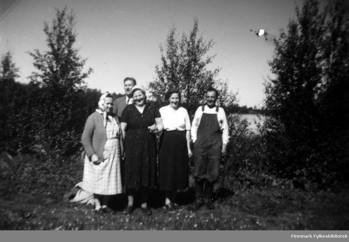 Gruppebilde tatt i Kaamanen i 1954. Fra venstre: Mara Portti, Hilma Aninen, Henrika Sotkajärvi, Alarik Portti og Abraham Randa som står bakerst i gruppen.