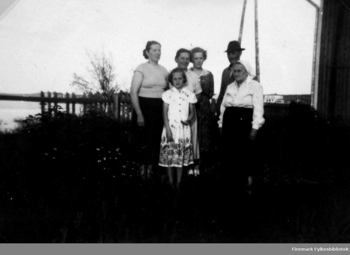 Fotografi fra Inari 1954. Fra venstre står Henrika Sotkajærvi., Jenny Ranta står med datteren Orvokki Ranta foran seg,  Agnes Randa f. Stenbakk står i mønstrete kjole ved siden av Olav Ranta. Helt til høyre står Hilma Ranta.