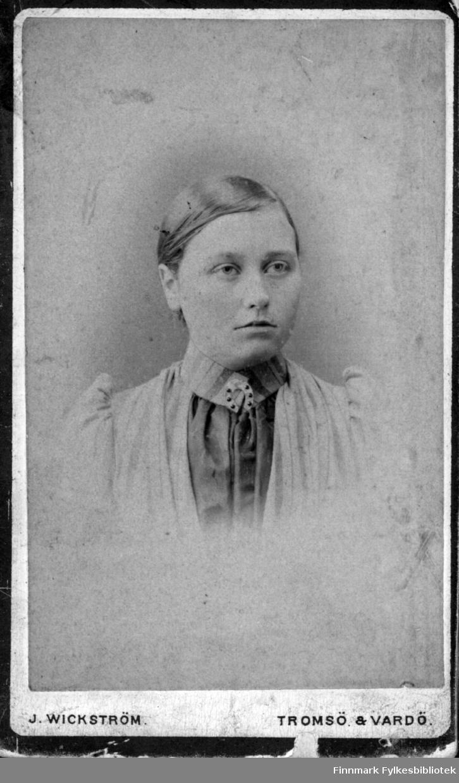 Portett av en ukjent kvinne i bluse med nål med hestesko i halsen. Fotografert hos Wickstrøm i Tromsø eller Vardø. Slektning av Stenbakk eller Randa?