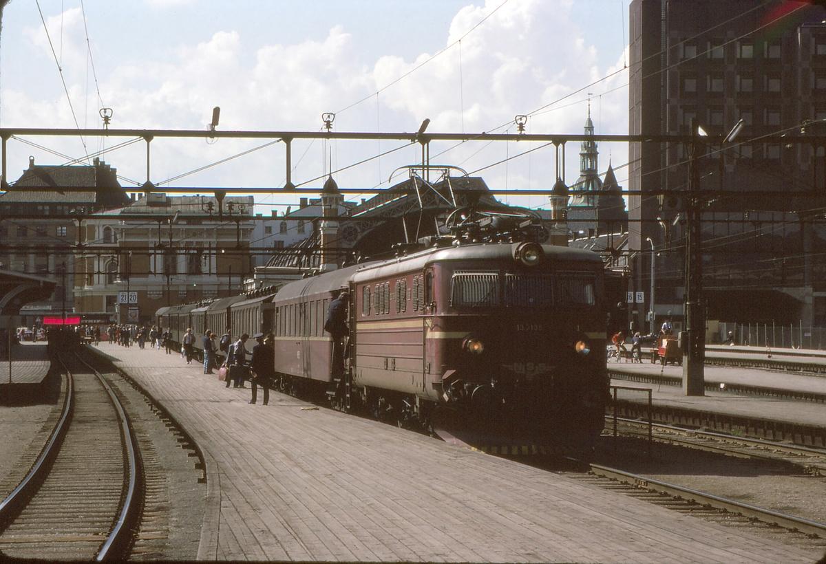 """Persontog til Moss, """"Ormen Lange"""", med NSB elektrisk lokomotiv El 13 på Østbanen / Oslo S."""