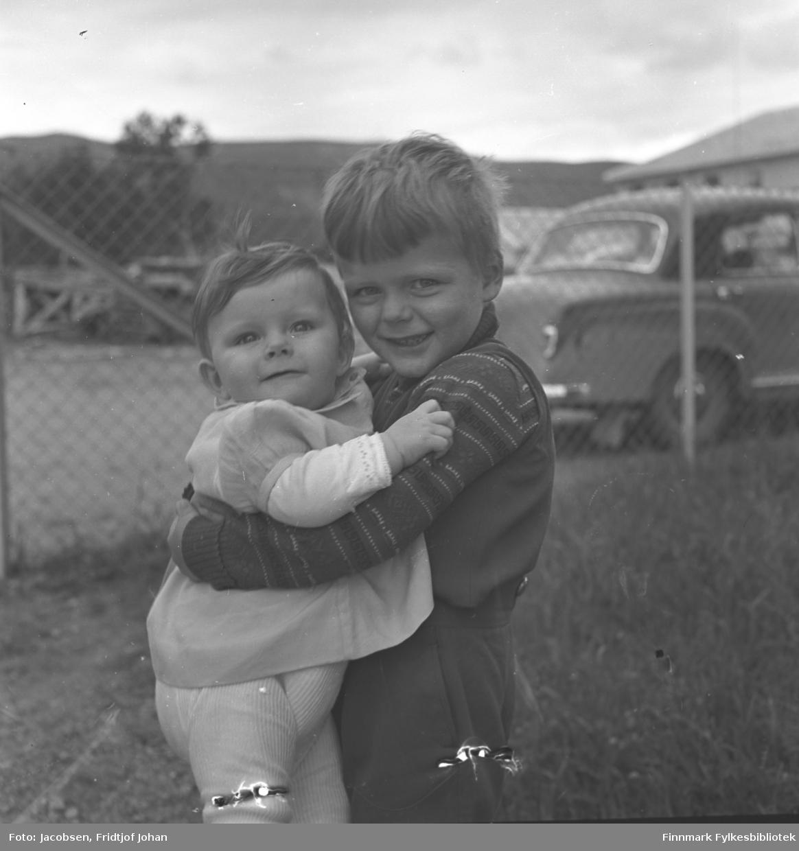 En liten gutt holder søsteren sin i hagen i Anton Tchudisvei i Oslo. De er Fossums barn, fornavn er ukjent.