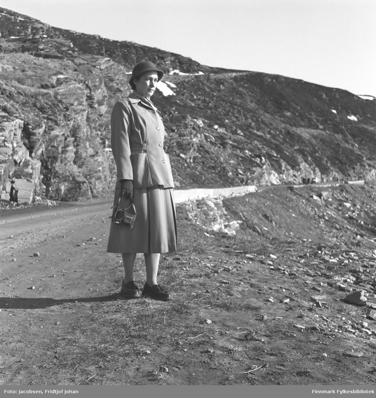 Aase Randi Jacobsen fotografert i veikanten til Rv94 ved Klinkastupet like utenfor Hammerfest.