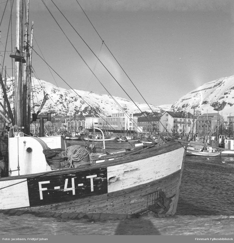 Hammerfest havn med en masse fiskebåter sett fra Nissenkaia. Findus-anlegget ses midt på bildet og fjellet til høyre er Salen.