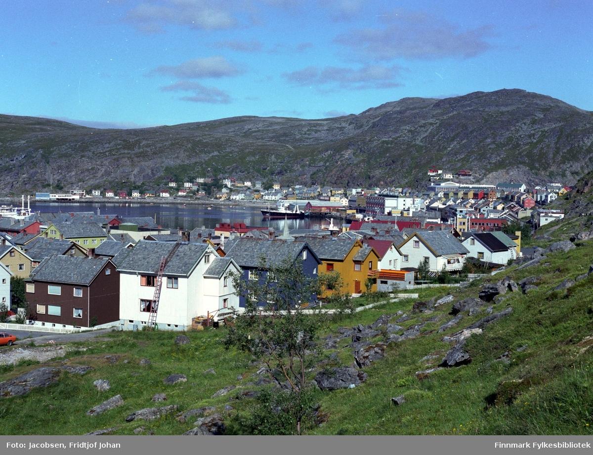 Indre del av Hammerfest sett fra Salsiden på Haugen. Mollafjell er toppen til høyre på bildet og ved foten av fjellet ses Breilia skole.