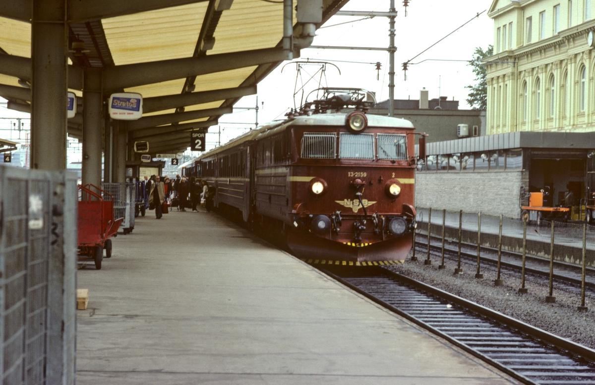 NSB ekspresstog 44 Trondheim - Oslo S med elektrisk lokomotiv El 13 2159 og vogner type 5.
