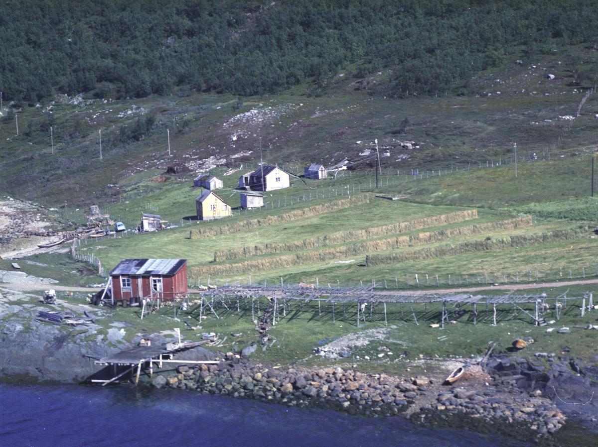 Flyfoto fra Kunes. Negativ nr. 122666. Kunden var Petter Karlsen.     Fargekopi finnes i arkivet.