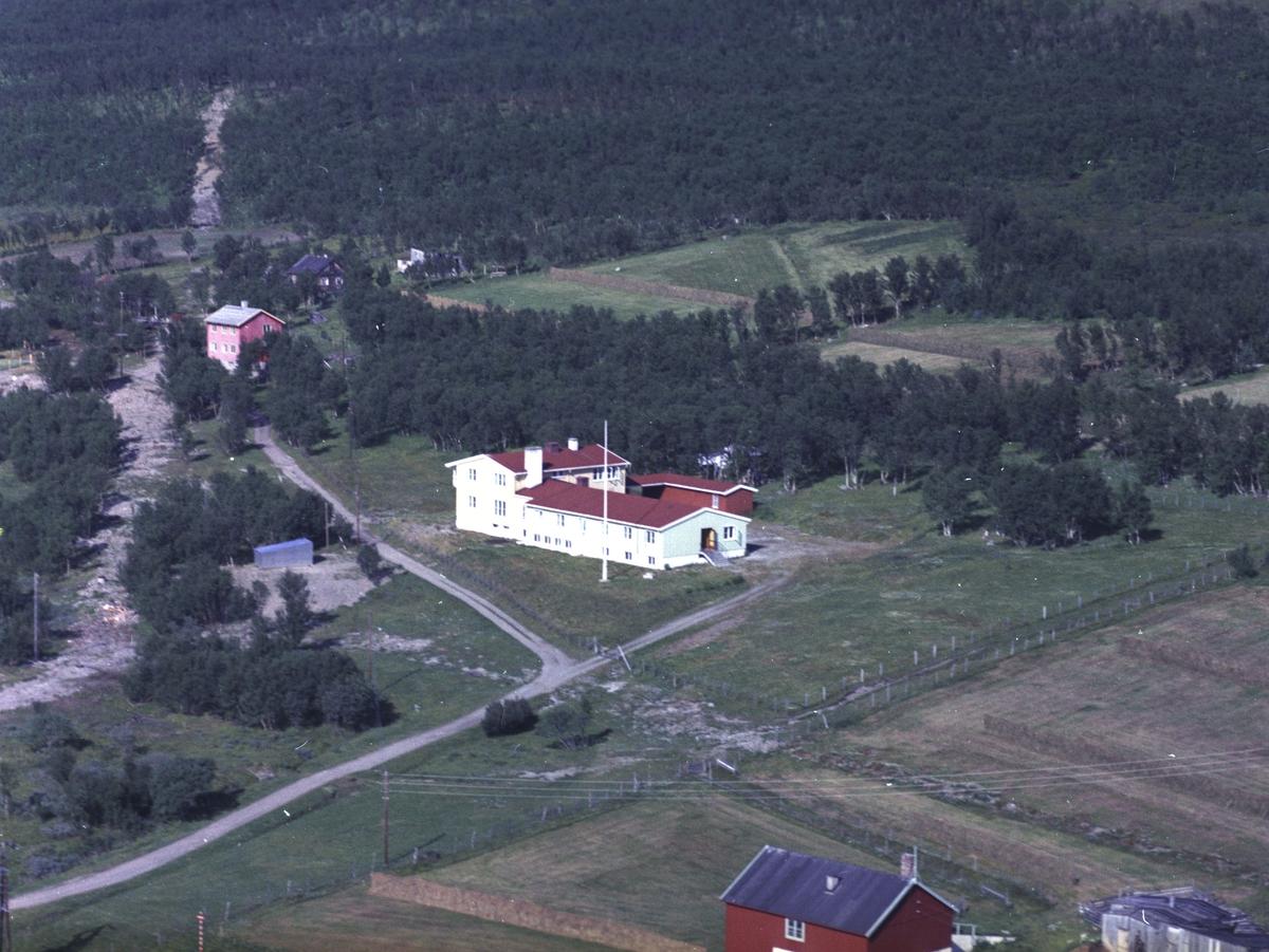 Flyfoto fra Lebesby. Negativ nr. 122716. Lebesby gamlehjem.