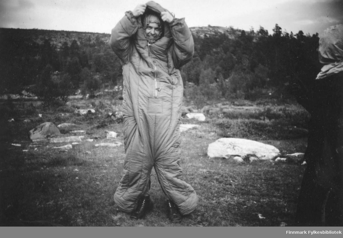 Trygve Hogstad-Larsen på fisketur til Bollovannet, 1939. Han har sydd en sovepose om til en vattert kjeledress.