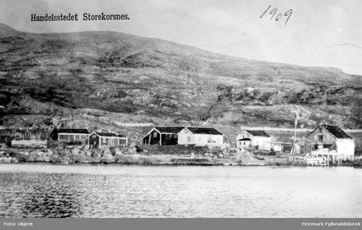 Handelsstedet Storkorsnes i Altafjorden i 1909, etablert 1851 av Peder Andreas Olsen, som til daglig ble kalt Peder Olsa. Han var ordfører i Talvik fra 1865 til 1867, og han var den første fra Talvik som møtte på Finnmarks Amtsting disse årene. Peder Andreas Olsen var morfaren til Erling Bjørgan fra Vadsø. Foto: ukjent.