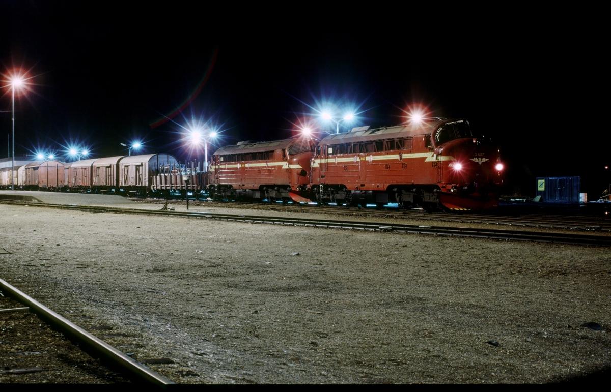 NSB godstog 5793 Trondheim - Bodø med to lokomotiver type Di 3 i fellesstyring (multippel) i Fauske. Di 3 627 først.