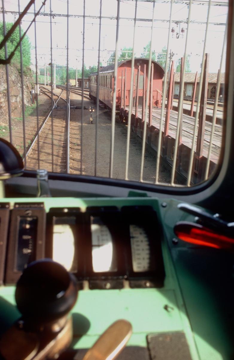 Utsyn fra lokomotiv type El 11 på Roa stasjon under pausen der i godstog 5165 og 5166.  Oppholdet varte fra 07.30 til 13.45. Til høyre står godstoget 5173 til Eina.