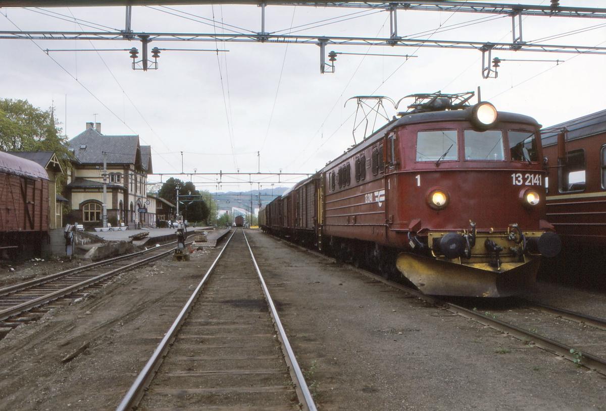 NSB godstog 5164 (Gjøvik - Alnabru) i Gjøvik stasjon med elektrisk lokomotiv El 13 2141.