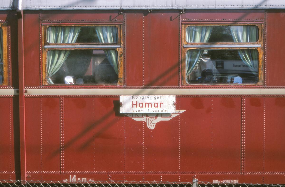Destinasjonsskilt Kongsvinger - Hamar - Kongsvinger på dieselmotorvogn BM 86G 12 på Kongsvinger stasjon.