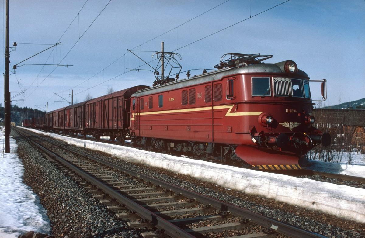 Godstog (kipptog) Hønefoss - Roa på Jevnaker med NSB elektrisk lokomotiv El 11 2094. Lokomotivet i godstogene 5165 og 5166 Alnabru - Roa - Grefsen ble under det lange oppholdet i Roa nyttet til forskjellige behov som f.eks. kipptog til Gran Tre ssp og til Hønefoss, hjelpelok i gt 5175 til Kalvsjø og i noen tilfeller ekstra forspann i gt 5173 til Eina.